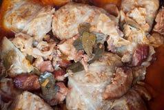 在圆白菜叶子滚动的肉末 库存图片