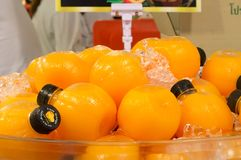 在圆的塑料瓶的橙汁在销售中 库存图片