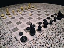 在圆的大理石桌上的泰国样式西洋棋棋子 免版税库存图片