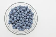 在圆的板材的新鲜的蓝莓 库存照片