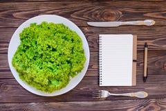在圆的板材的顶视图新鲜的绿色莴苣服务与利器 图库摄影