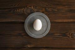 在圆的混凝土板的白鸡蛋 免版税库存照片