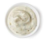 在圆的盘的蒜酱油在白色背景 免版税库存图片