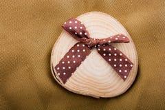 在圆的稀薄的片断切开的木日志 免版税库存照片