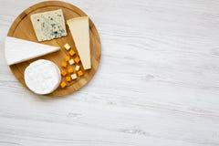 在圆的竹委员会的品尝乳酪白色木背景的 酒的,顶视图食物 平的位置,从上面 库存图片