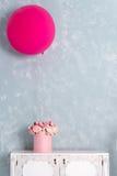 在圆的豪华当前箱子和大桃红色气球的花在五斗橱 桃红色和白色牡丹花束在纸的 免版税库存照片