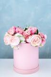 在圆的豪华当前箱子的花 桃红色和白色牡丹花束在纸箱的 帽子箱大模型花与 库存照片