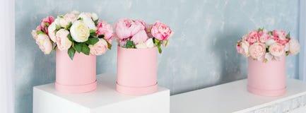 在圆的豪华当前箱子的花 桃红色和白色牡丹花束在纸箱的 帽子箱大模型花 库存图片