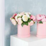 在圆的豪华当前箱子的花 桃红色和白色牡丹花束在纸箱的 帽子箱大模型花 免版税库存照片