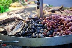 在圆的金属持有人的被分类的豆类 免版税库存照片