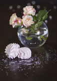 在圆的vaze的玫瑰 免版税库存照片