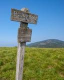 在圆秃头的高度标志在软羊皮的山国家公园 图库摄影