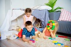 在圆锥形帐蓬的孩子 免版税库存图片