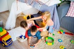 在圆锥形帐蓬的孩子 免版税库存照片