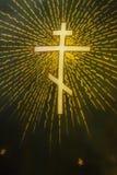 在圆顶下的基督徒十字架 免版税库存照片