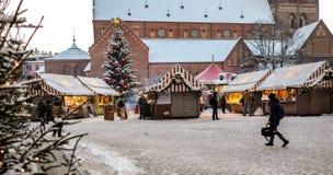 在圆顶正方形的圣诞节市场在里加老镇,拉脱维亚 库存照片