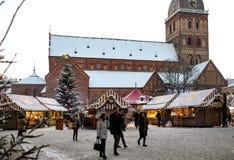 在圆顶正方形的圣诞节市场在里加老镇,拉脱维亚 库存图片