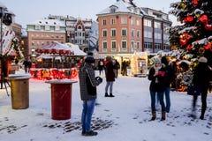 在圆顶正方形的圣诞节市场在里加老镇,拉脱维亚 免版税库存照片