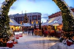 在圆顶正方形的圣诞节市场在里加老镇,拉脱维亚 免版税库存图片
