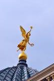 在圆顶的上面的金黄天使。 免版税库存照片