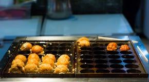 在圆Takoyaki的煎蛋卷煎锅 免版税库存照片