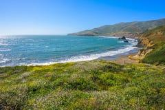 在圈地海滩的美好的晴朗的视图在加利福尼亚 免版税图库摄影