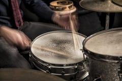 在圈套,特写镜头的鼓手辗压 库存图片