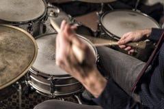 在圈套,特写镜头,后面看法的鼓手辗压 图库摄影