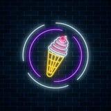 在圈子框架的冰淇凌的发光的霓虹灯广告在黑暗的砖墙背景 在奶蛋烘饼锥体的果子冰淇凌 库存图片