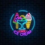 在圈子框架的发光的霓虹冰淇凌咖啡馆牌在黑暗的砖墙背景 果子锥体和西瓜冰淇凌 免版税库存照片