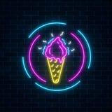 在圈子框架的发光的霓虹冰淇凌牌在黑暗的砖墙背景 在奶蛋烘饼锥体的果子冰淇凌 免版税库存照片