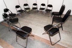 在圈子的椅子 免版税库存图片