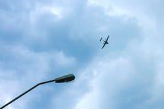 在土地上的平面飞行在杆附近 库存照片