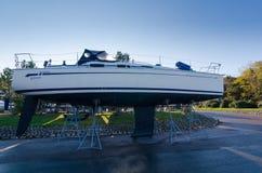 在土地的一条大sialing的小船 免版税图库摄影