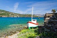 在土地的小渔船 免版税库存照片