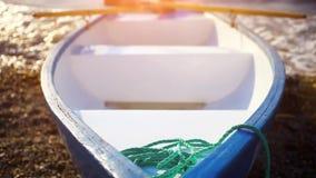 在土地的小船在日落的海边 变动焦点 影视素材