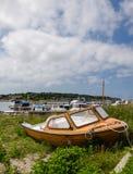 在土地的老小船 库存照片