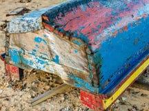 在土地的老木小船 库存照片