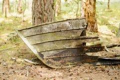 在土地的老烂掉小船 图库摄影
