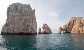 在土地的Los卡约埃尔考斯/曲拱结束如被看见从加州海湾在Cabo圣卢卡斯在下加利福尼亚州墨西哥 库存照片