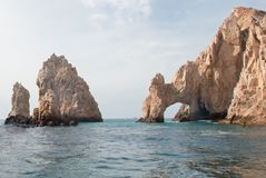 在土地的Los卡约埃尔考斯/曲拱结束如被看见从加州海湾在Cabo圣卢卡斯在下加利福尼亚州墨西哥 免版税库存照片