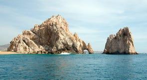 在土地的Los卡约埃尔考斯/曲拱结束如被看见从太平洋在Cabo圣卢卡斯在下加利福尼亚州墨西哥 免版税库存图片