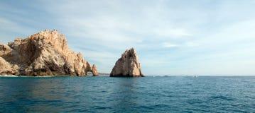 在土地的Los卡约埃尔考斯/曲拱结束如被看见从太平洋在Cabo圣卢卡斯在下加利福尼亚州墨西哥 库存照片