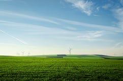 在土地背景的风轮机 免版税图库摄影