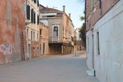 在土地萨洛尼街上的可爱的威尼斯式样式阳台在威尼斯 旅行,假日,建筑学 2015年3月28日 威尼斯,威尼托 免版税库存照片