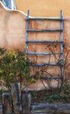 在土坯房的梯子在亚伯科基 免版税库存照片