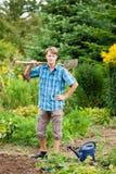 在土壤的开掘的从事园艺的人 免版税库存图片