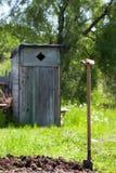 在土壤的铁锹在别墅 免版税图库摄影