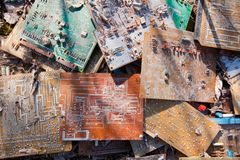 在土投掷的老,使用的和打破的电子线路芯片;背景纹理照片 图库摄影