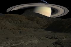 在土星行星背景的山土坎  免版税库存照片